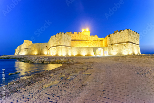 Foto op Plexiglas Donkerblauw Aragonese Fortress in Calbria on a beautiful summer night, Italy