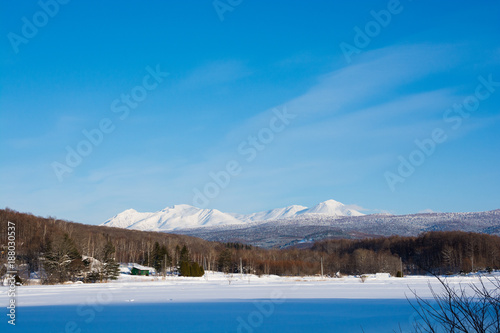 Fotobehang Blauwe jeans 雪原と冬山と青空 大雪山