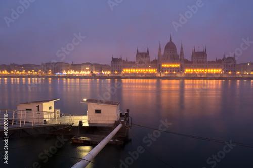 Foto Murales Pier at Danube river against Parliament building in mist, Budapest
