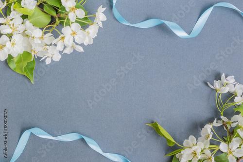 Foto Murales White spring flowers on a dark background