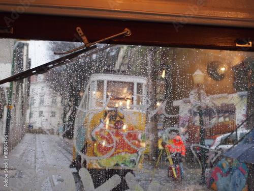 Deurstickers Oude verlaten gebouwen pioggia in tram