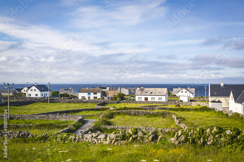 Foto Murales Houses and Stone Walls on the Aran Island of Inisheer, County Galway, in the West of Ireland