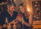 Paar beim Dinner - 188132342