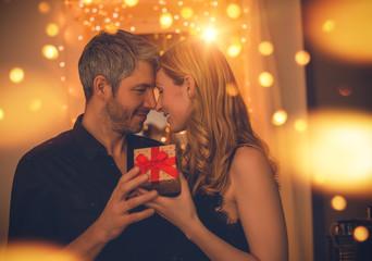 Paar mit Geschenk
