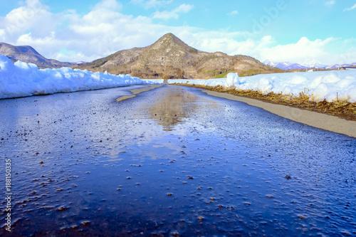 Fotobehang Pool 水に映る三角山