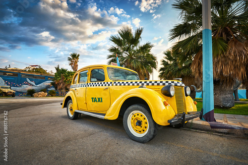 Żółty retro taxi samochód na ulicie