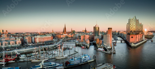 Leinwandbild Motiv Elbphilharmonie und Hafencity bei Sonnenuntergang
