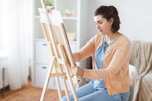 Foto Murales artist with easel drawing picture at art studio
