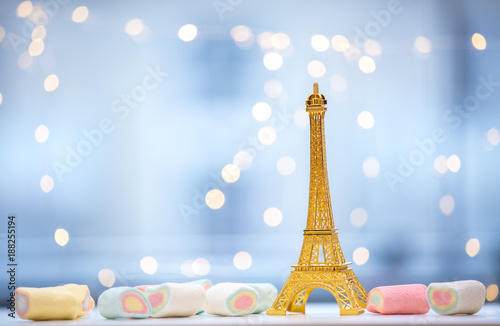 Foto op Plexiglas Eiffeltoren Eiffel tower souvenir statue and marshmallows