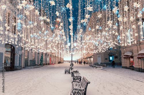 Nocny widok ulicy na święta Nowego Roku