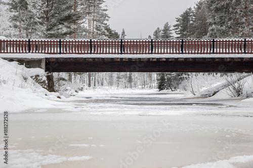Foto Murales bridge above frozen lake at winter
