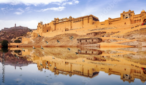 Foto Murales Amer Fort Jaipur Rajasthan with water reflection. A UNESCO World Heritage site and popular tourist destination