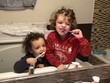 Due bimbi giocano a lavarsi i denti