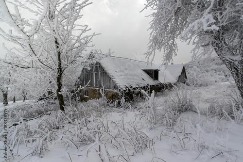 Papiers peints Taupe Bauernhaus im winterlichen Waldviertel