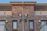 Fassade eines Hauses mit Fenstern und Regen Fallrohr - 188370982