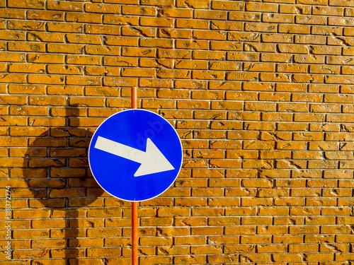 In de dag Baksteen muur Ziegelmauer Schild mit Richtungspfeil
