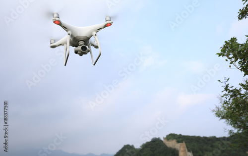 Fotobehang Peking flying drone taking photo of the great wall landscape in China