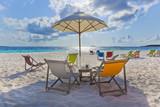 Maledivenstrand mit Liegestühlen im Gegenlicht