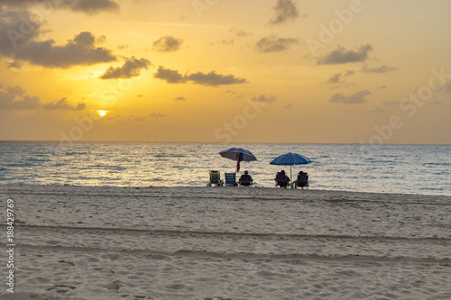 Foto Murales people enjoy the sunset at south beach
