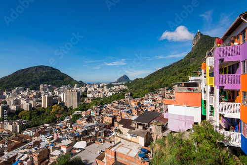 Foto Murales Houses of Santa Marta Favela in Rio de Janeiro, with the Corcovado Mountain Behind