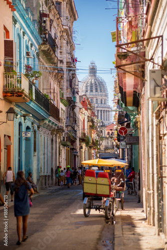 In de dag Havana Havana, Cuba, El Capitolio seen from a narrow street