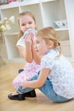 Zwei Kinder spielen Karten miteinander