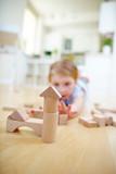 Kind baut Haus mit Bausteinen