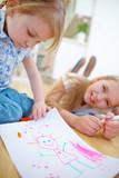 Kinder malen Zeichnung auf Papier