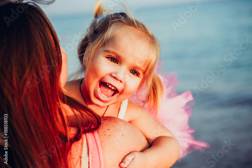 Foto Murales Mom with a little daughter at the sea laughing