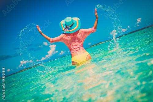 Foto Murales Beautiful lady in an ocean