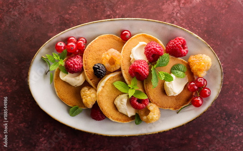 Foto Murales Sweet pancakes with raspberry and red currant. Top view.