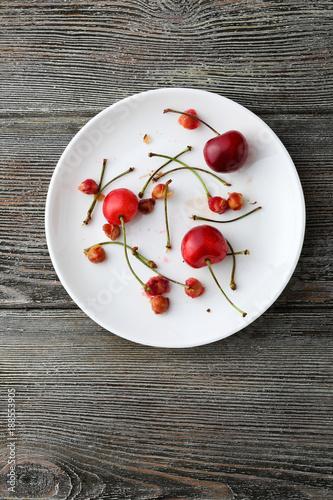 Fotobehang Kersen Sweet cherry on white plate