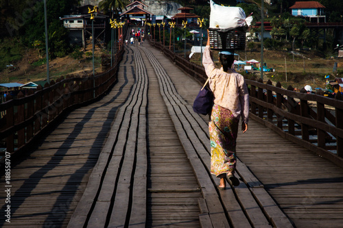 Donna cammina sul ponte a sangkhlaburi - 188558707
