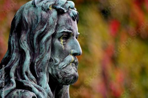 Rzeźba przy budynku muzeum Narodowym we Wrocławiu - twarz mężczyzny