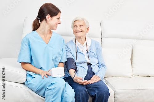 Seniorin bei Blutdruckmessung zur Vorsorge