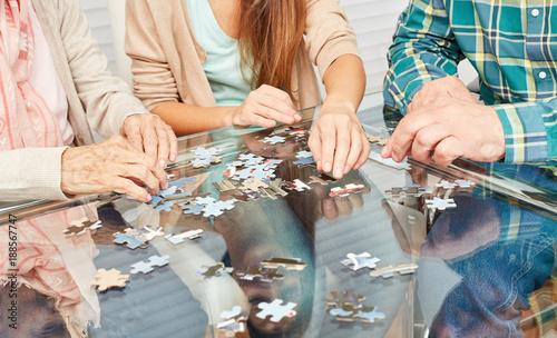 Senioren beim Puzzle spielen als Demenz Prävention