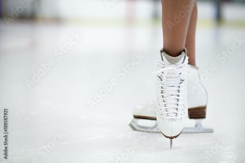 patines-de-figuras-de-cerca-en-el-hielo