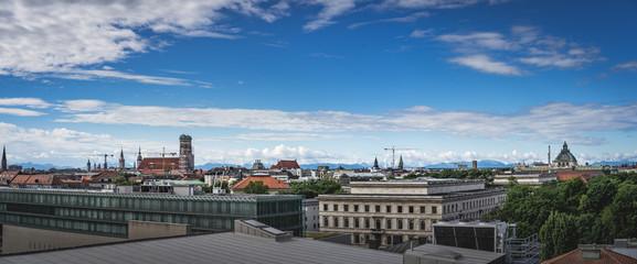 München vor Alpenpanorama und Skyline