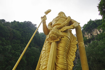 バトゥ洞窟の入口にあるスカンダ神像