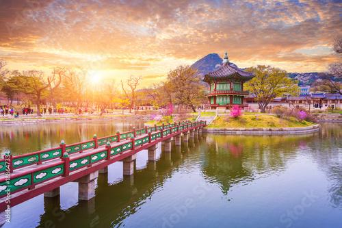 Fotobehang Seoel Gyeongbokgung palace in spring, South Korea.