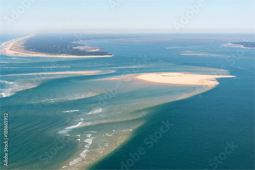 Fotobehang Nice Vue aérienne de bancs de sable dans le Bassin d'Arcachon en France