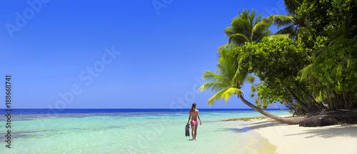 Schöner Maledivenstrand mit Bikinimodel