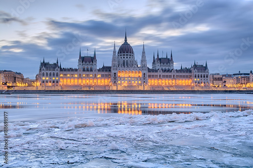 In de dag Boedapest Winter twilight view of Budapest Parliament building over frozen Danube river