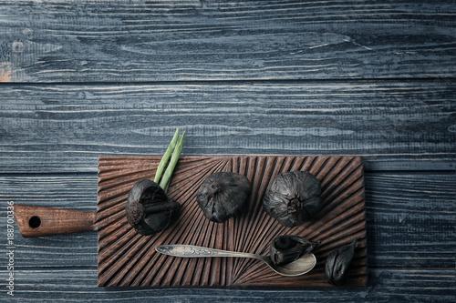 Aluminium Kruiden 2 Black garlic (Allium sativum) on wooden board