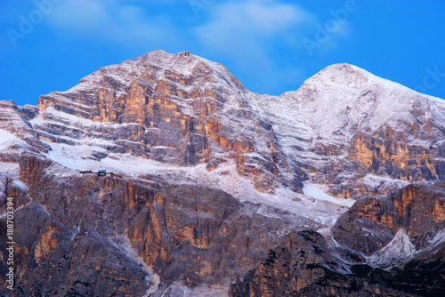 Papiers peints Lavende Sunrise light over Tofana di Rozes in the Dolomites, Italy, Europe