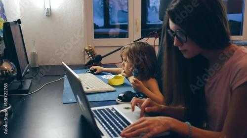Мама и ребёнок играют в компьютеры, сын и компьютер