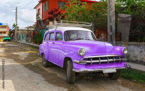 Tuinposter Havana Classic Purple Car on a Street in Cuba