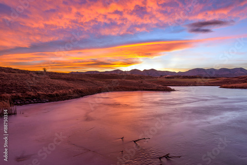 Papiers peints Grenat Sunset Winter Lake - A colorful winter sunset view at a frozen mountain lake. Bear Creek Park, Denver-Lakewood, Colorado, USA.