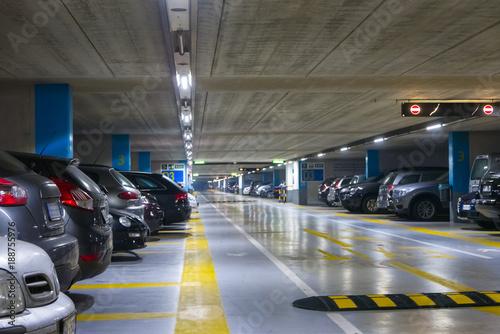 Duży wielopoziomowy garaż podziemny