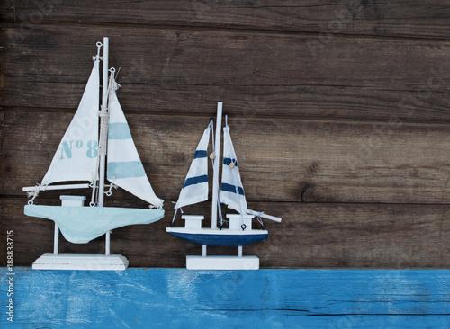 Staande foto Noordzee Maritime Dekoration auf blauem Holzhintergrund mit Holzschiff
